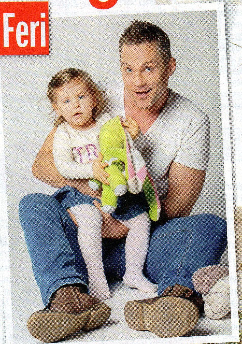 Hujber Feri kislányával és Kockásfűlű nyúllal